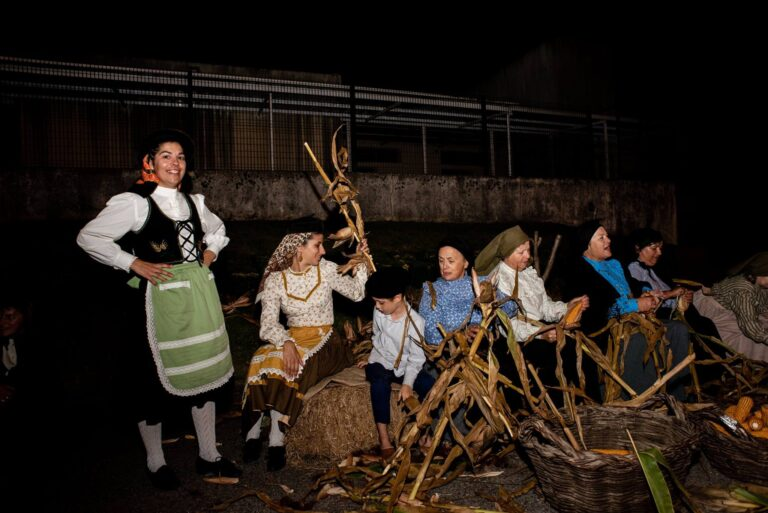 tradicional desfolhada dançarinos milho