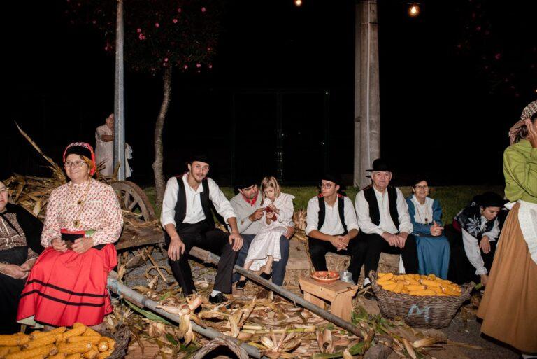 tradicional desfolhada milho e dançarinos